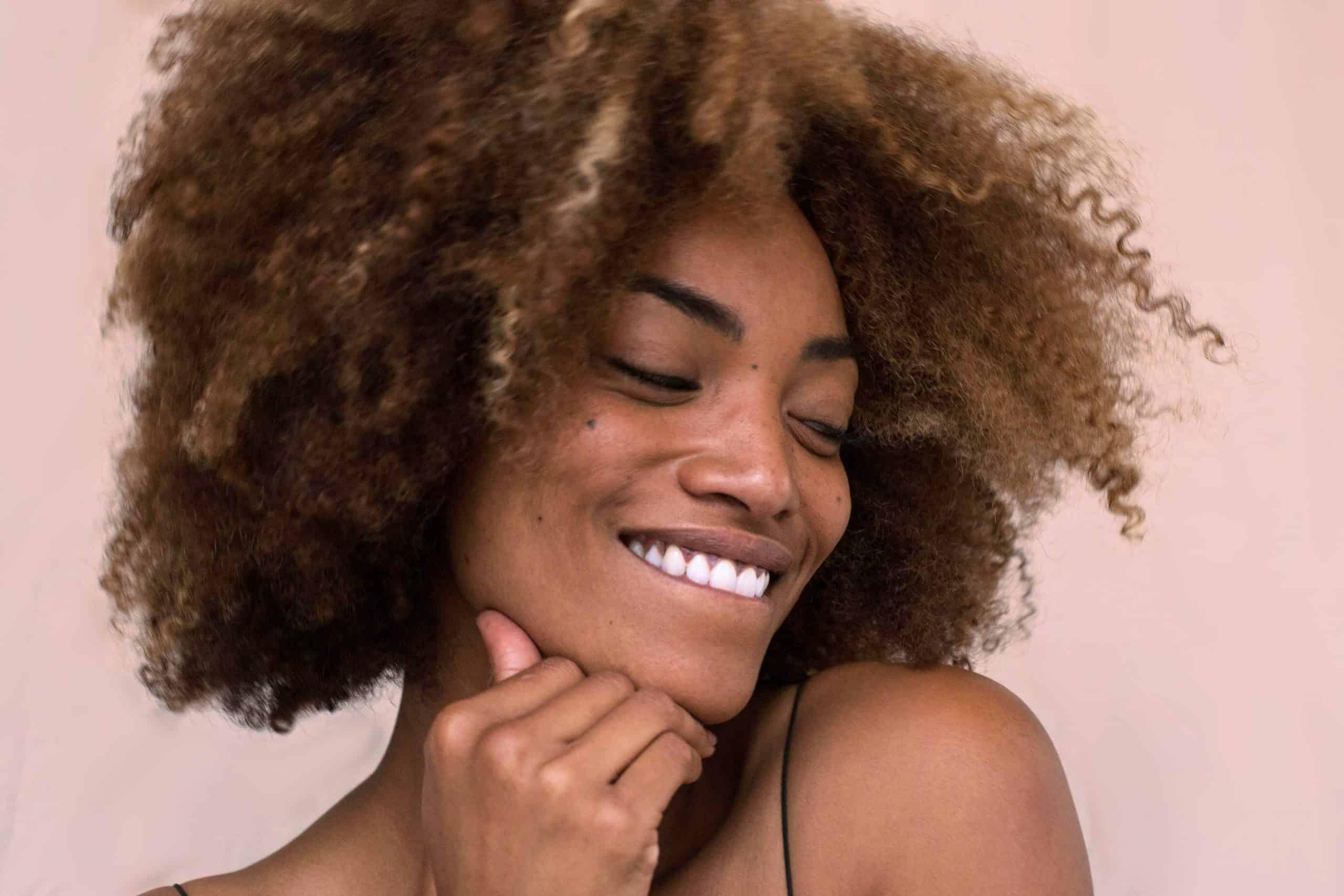Como afetou a beleza natural dos afrodescendentes com a ditadura do cabelo liso?